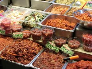 釜田市場の新鮮な食材で、作られた、韓国の市場のバンチャン(お菜)のお店