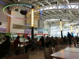 新世界デパート・アイス・アリーナで、スケートに興じる風景を眺めながら、ランチする人々