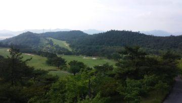 深い森に包まれた、綺麗なゴルフ場
