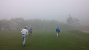 最終日、霧煙る早朝から、かなり短縮して、トップ同士のマッチ・プレー