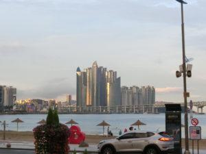 夕日を浴びる、マリン・シティの高層マンション群・広安里ビーチのランドマーク
