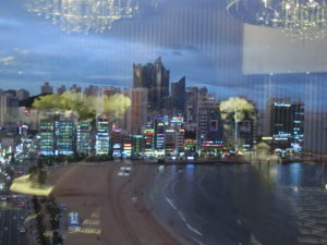 ケントホテルのロビーから見える、広安里ビーチ
