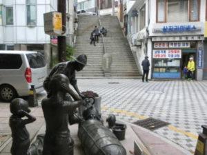 昔の釜山の日常を表した、塑像と、40階段